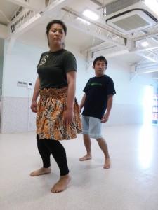 hula の体の使い方を、鏡と動画を使いながらチェックしていきます。